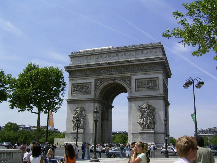 Триумфалната арка в Париж е паметник за френските жертви и триумфи от войните, които е водила Франция.