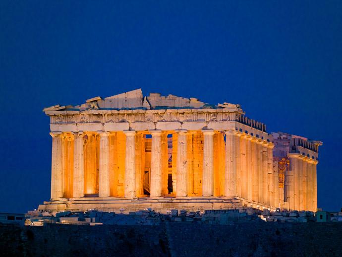 Партенонът в Атина сниман през нощта.