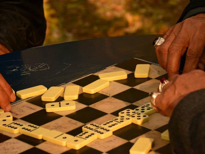 Игра на домино в парка, Иран.
