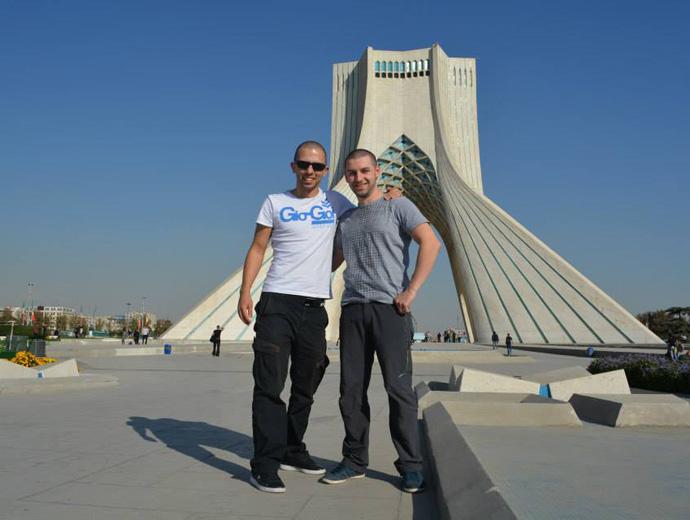 Приключенците Иво и Христо пред Кулата Азади в Техран, Иран