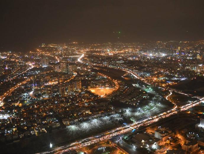 Снимка на столицата Техран през нощта.