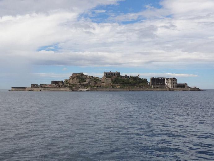 Призрачния град Хашима, приличащ на боен кораб от далече