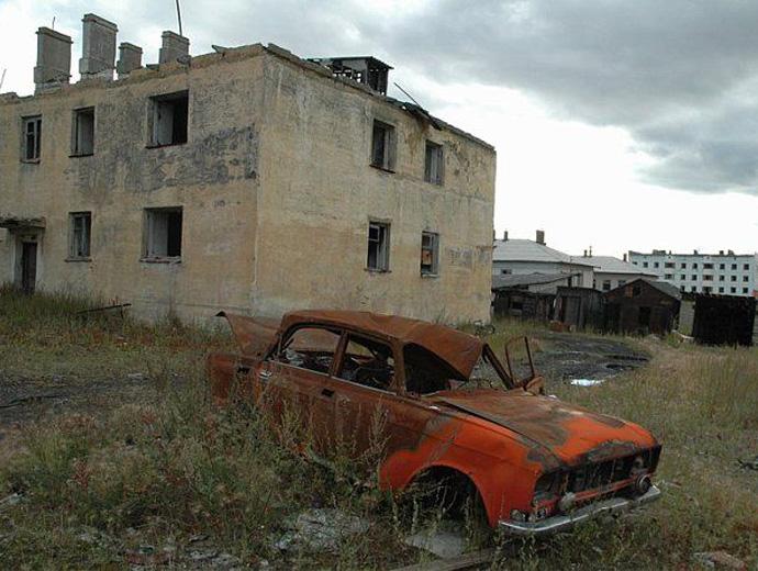 Изоставени сгради и коли в Кадакчан, Русия