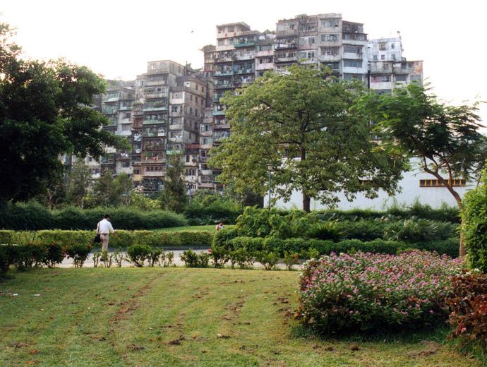 Коулун в Китай, 1991 г. Ясно се вижда малката площ, на която е разположен града. Във вътрешността му рядко е прониквала слънчева светлина.