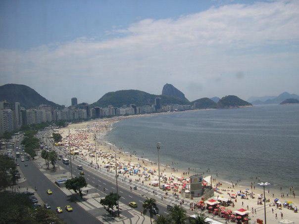 Плажът Копакабана, погледнат от крайбрежен хотел. В далечината се вижда и Захарната глава.