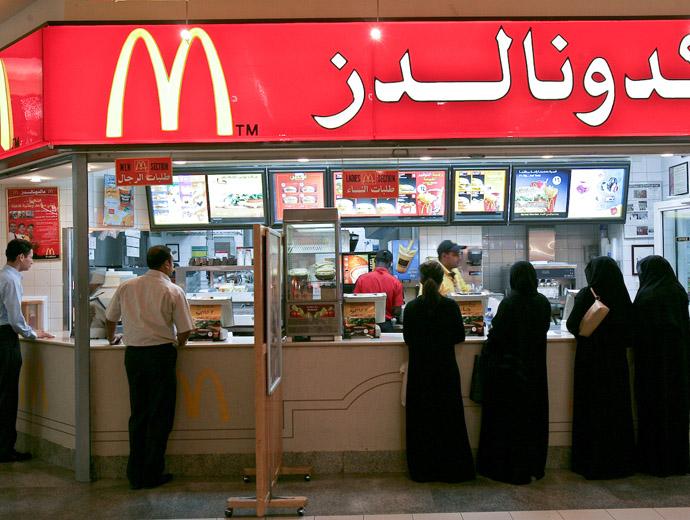 Макдоналдс в Саудитска Арабия. Виждат се отделните опашки за мъже и за жени.