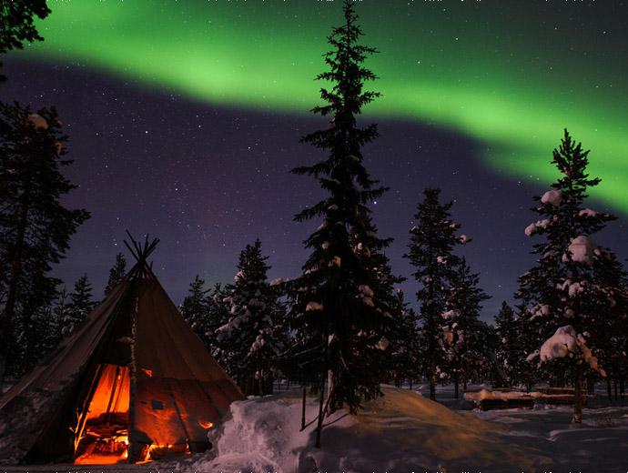 Северното сияние в Швеция, а на преден план уютна шатра.