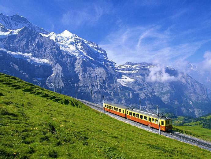 Планински влак в Швейцарските Алпи.