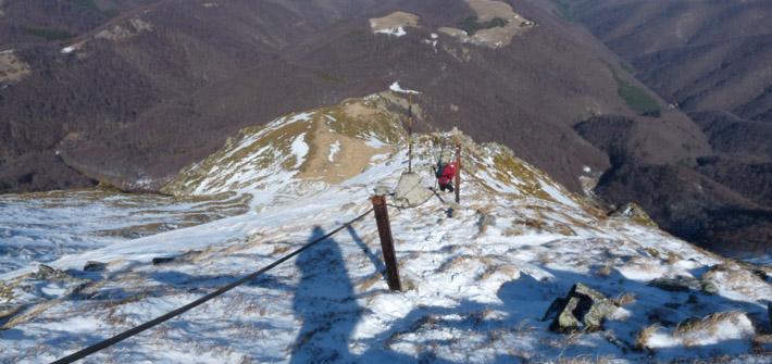Въжето на слизане от връх Ботев и стръмните склонове отстрани.