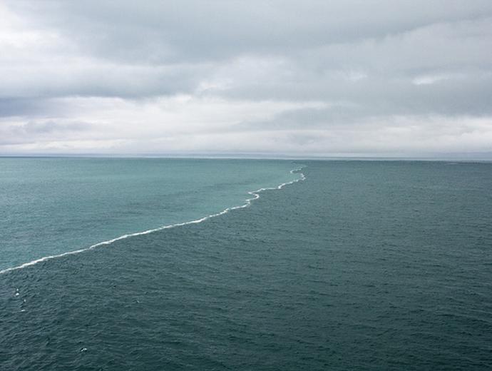 Странни места по света - Интересната среща на два водни басейна в Аляския залив. Ясно се вижда границата помежду им, както и различните по цвят води.