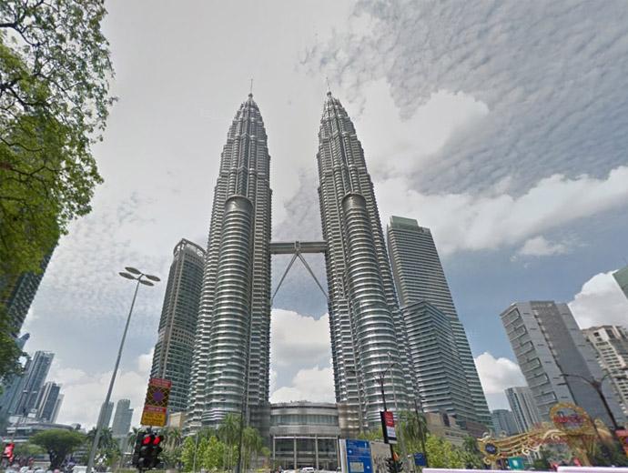 Кулите Петронас се извисяват в Куала Лумпур. Снимка Google Street View.