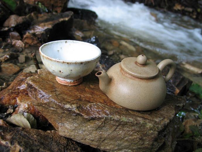 Чайник и купичка - идеалните съдове за чай.