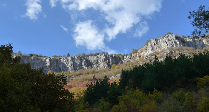 Поглед към отвесните скали в горната част на Вазовата пътека.