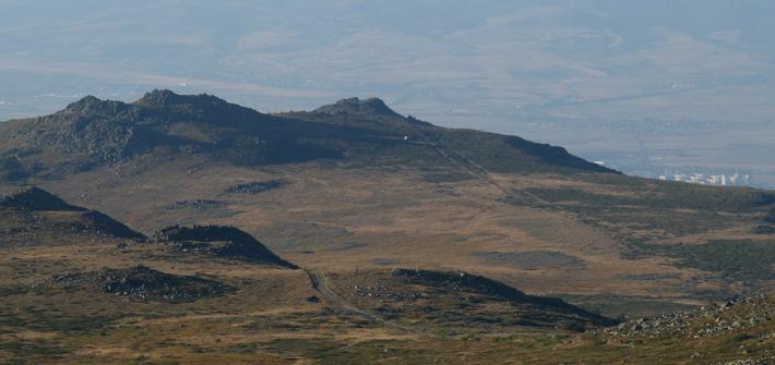 Връх Камен дел (дясно) и връх Ушите (ляво) снимани на слизане от Черни връх.