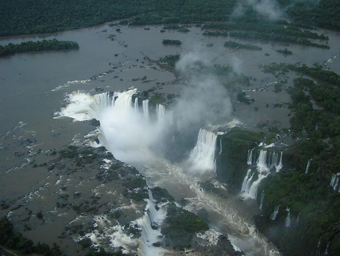 Водопадът на Игуасу, погледнат от високо. В горната част на снимката се вижда пътят до Дяволското гърло от аржентинската страна.