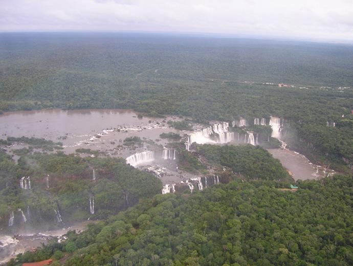 Водопадите Игуасу от високо.