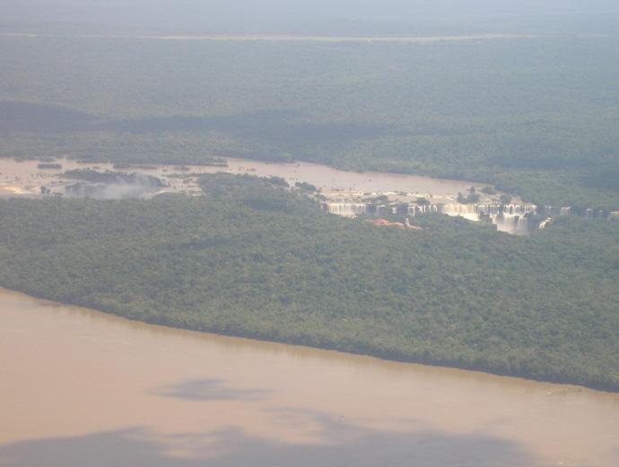 Снимката е с ниско качество тъй като е правена от самолета на път за Фод до Игуасу. Вижда се река Игуасу в последния й завой преди водопада.