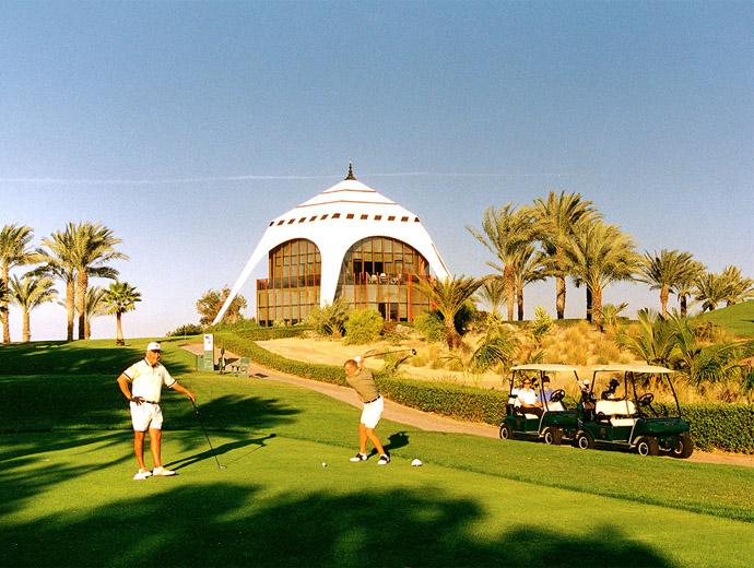 Голф игрище в Дубай - голфът е сред най-проспериращите и играни спортове в Дубай.