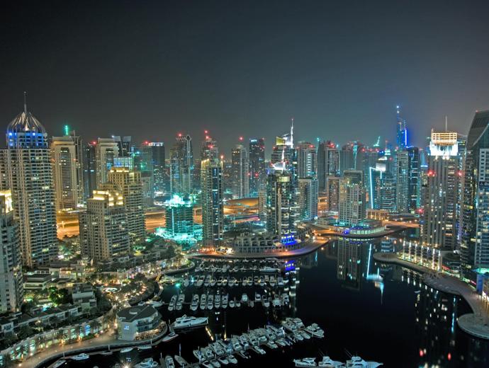 Нощна снимка на небостъргачите в Дубай.