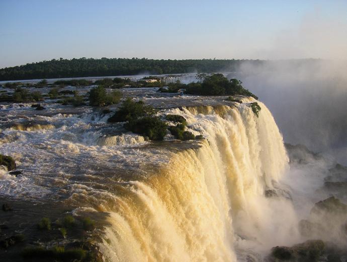 Залязващото слънце огрява водопада Игуасу.