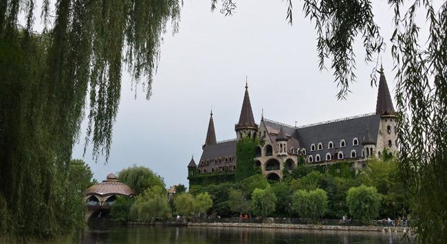Замъкът в Равадиново, гледан от езерето с лебедите